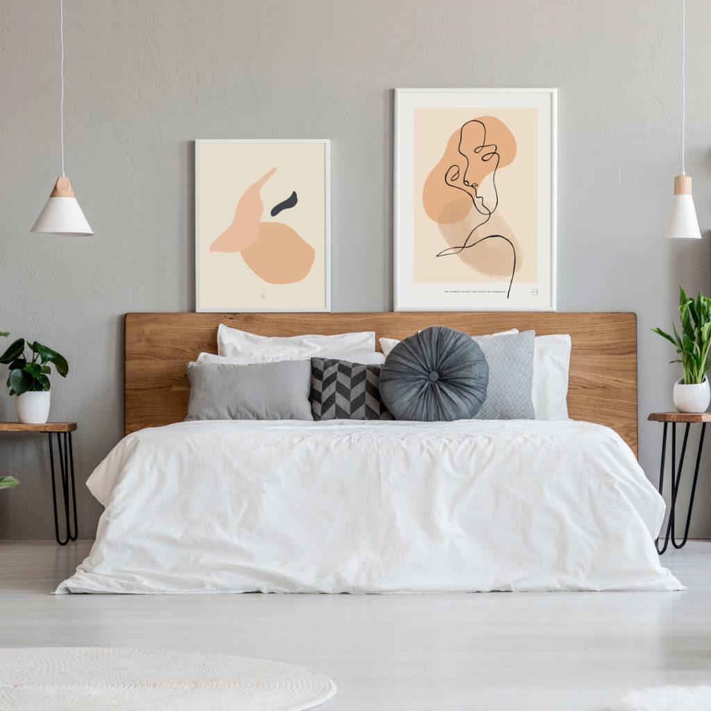Abstract 2 posteren i ramme over seng på soverom