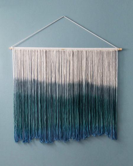 Makramé veggteppe med fargede tråder