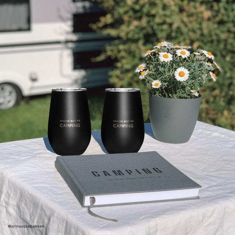 Bilde av camping boken sammen med 2 camping termokopper
