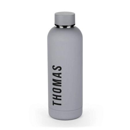 Flaske med navn på siden grå